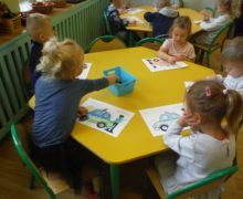 Biedronki pracują przy stolikach